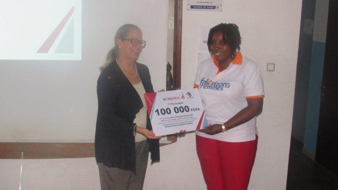 La directrice pays Onusida remet le prix à la coordonnatrice des programmes de Horizons  Femmes