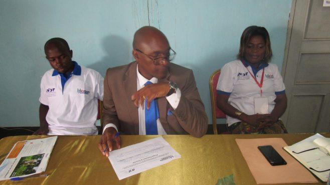 Le sous-préfet entouré par le superviseur du projet et la para juriste