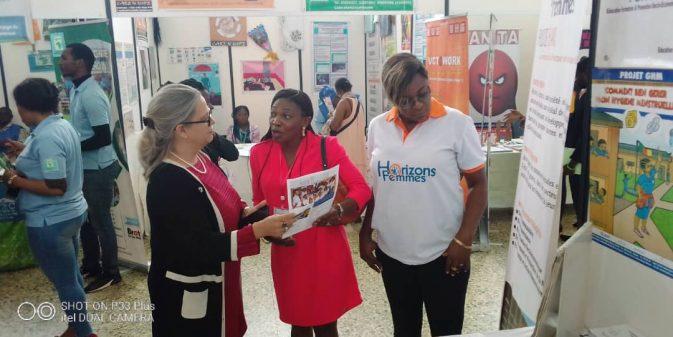 La Directrice Pays de ONUSIDA sur le stand de Horizons Femmes